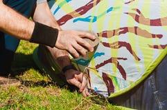 Man som installerar ett tält Royaltyfri Bild