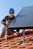 Man som installerar photovoltaic solenoid för alternativ energi Royaltyfria Foton