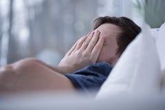 Man som inte kan falla sovande Arkivfoton