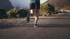 Man som joggar på den konkreta vägen lager videofilmer