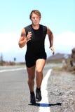 Man som joggar på en landsväg Royaltyfri Fotografi
