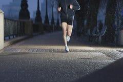 Man som joggar på stadstrottoar på gryning Arkivfoton
