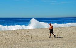 Man som joggar på den huvudsakliga stranden, Laguna Beach, Kalifornien Fotografering för Bildbyråer