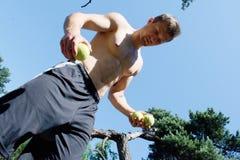 Man som jonglerar med bollar på parkera Royaltyfri Fotografi