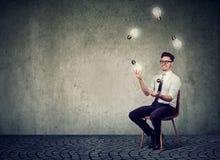 Man som jonglerar med glödande ljusa kulor royaltyfria bilder