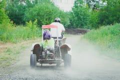Man som kör av-vägen med kvadratcykeln eller ATV fotografering för bildbyråer