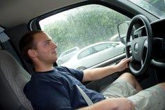 Man som kör en arbetslastbil eller skåpbil Royaltyfria Bilder