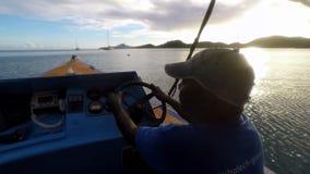 Man som kör fartyget på solnedgången lager videofilmer