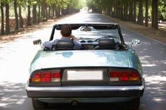 Man som kör hans sportbil royaltyfri foto