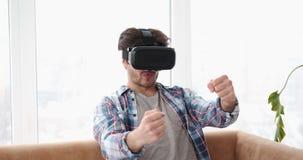 Man som kör i bärande vrhörlurar med mikrofon för virtuell verklighet lager videofilmer