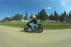 Man som kör motorcykeln royaltyfri fotografi