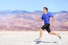 Man som kör utomhus- sprinta för framgång arkivbild