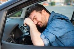 Man som k?r bilf?rtvivlan efter bilolycka arkivfoton