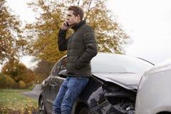 Man som kallar för att anmäla bilolycka på landsvägen royaltyfri fotografi