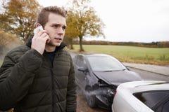 Man som kallar för att anmäla bilolycka på landsvägen royaltyfria foton