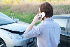 Man som kallar hjälp efter olycka för bilkrasch på vägen Royaltyfri Foto
