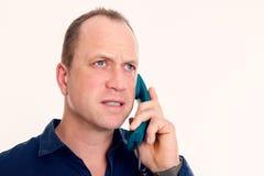 Man som kallar med den gröna telefonen Arkivbild
