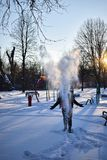 Man som kastar snö in i luften fotografering för bildbyråer