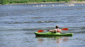 Man som Kayaking på floden på solen arkivfoto