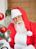 Man som kläs som Santa Claus Outside House Arkivbild
