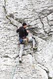 Man som klättrar den naturliga steniga väggen Arkivfoton