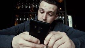 Man som koncentrerar på att använda smartphonen lager videofilmer