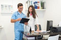 Man som konsulterar med doktorn Arkivbild