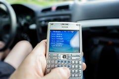 Man som kontrollerar avstånd på skärm för GPS smartphoneskärm Arkivfoton