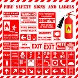 man som kontrollerar brandeldsläckaren Fotografering för Bildbyråer