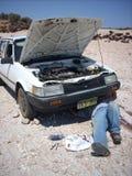 Man som kontrollerar en bil Arkivbild