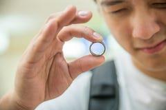 Man som kontrollerar en cirkel fotografering för bildbyråer
