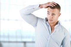 Man som kontrollerar hår royaltyfri bild