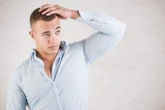 Man som kontrollerar hår fotografering för bildbyråer