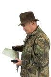 Man som kontrollerar pos. med GPS och översikter arkivfoton