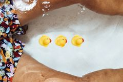 Man som kopplar av i badkaret med rubber änder Royaltyfri Fotografi