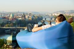 Man som kopplar av i en uppblåsbar soffa Arkivfoto