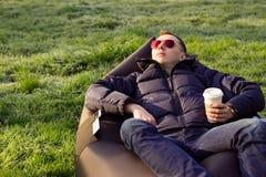 Man som kopplar av i en uppblåsbar soffa Royaltyfria Foton