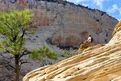 Man som kopplar av i Zion National Park Royaltyfri Bild