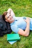 Man som kopplar av på gräs Arkivfoto