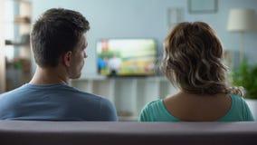 Man som kopplar nervöst kanaler, fattig kvalitet av digital smart tvanslutning arkivfilmer
