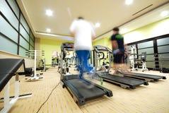 Man som kör på treadmillen i idrottshall Royaltyfri Fotografi