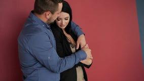 Man som kramar hans älskling lager videofilmer