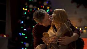 Man som kysser älska damen och täcka henne med plädet, romantisk julnatt arkivfoton