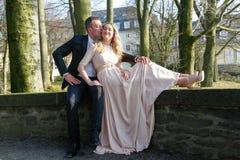 Man som kysser hans fru royaltyfria bilder