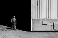 Man som lämnar fabriken Royaltyfri Bild