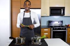 Man som lär hur man lagar mat Royaltyfri Foto