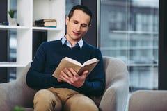Man som läser boken fotografering för bildbyråer