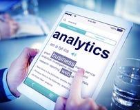 Man som läser definitionen av Analytics Arkivbild