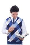 Man som läser en bok royaltyfri fotografi
