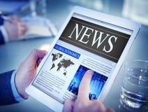 Man som läser nyheterna på en Digital minnestavla Arkivfoton